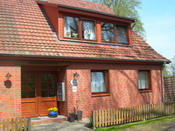 EIngang zur Wümmepension Fischerhude (direkt neben dem Cafe im Rilke-Haus), Anne Müller, In der Bredenau 79, Tel.: 04293/7455, Mail: pension-mueller@breitband-nord.de, Homepage: www.die-wuemmepension.de